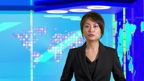 Anchorwoman asi?tico de sexo femenino de las noticias en el estudio virtual de la TV, elementos originales del dise?o almacen de metraje de vídeo