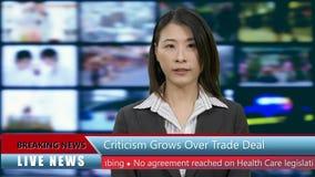 Anchorwoman cinese di notizie in studio stock footage