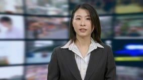 Anchorwoman cinese di notizie in studio video d archivio