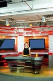 Anchorwoman de la televisión en el estudio de la TV Foto de archivo