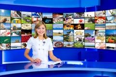Anchorwoman della televisione allo studio della TV fotografie stock libere da diritti