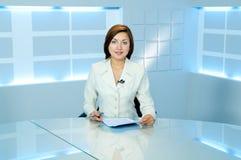 Anchorwoman della televisione allo studio della TV Immagini Stock Libere da Diritti