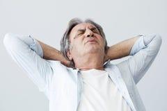 Ancião com dor de pescoço fotografia de stock royalty free