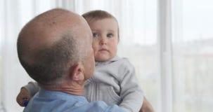 Ancião com neta do bebê video estoque