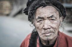 Ancião com o tampão em Arunachal Pradesh imagens de stock