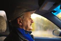 Ancião com os bigodes que conduzem um carro Imagem de Stock