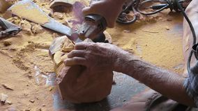 Ancião de Carver que cinzela a figura de madeira buddha video estoque