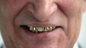 Ancião de sorriso com dentes do ouro filme