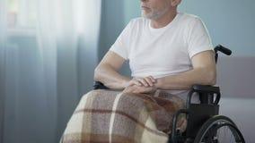 Ancião deficiente do nostálgico que toca em sua mão, pensando sobre a esposa, apoio das necessidades vídeos de arquivo
