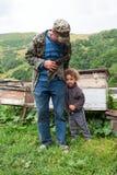 Ancião e criança, Geórgia Montanhas de Cáucaso Estação de verão fotografia de stock royalty free