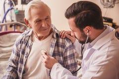 Ancião e doutor imagens de stock