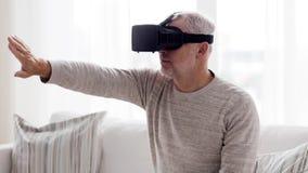 Ancião em auriculares da realidade virtual ou 3d em vidros 78 video estoque