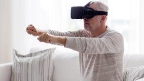 Ancião em auriculares da realidade virtual ou 3d em vidros 107 video estoque
