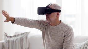 Ancião em auriculares da realidade virtual ou 3d em vidros 108 video estoque