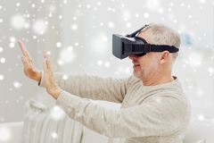 Ancião em auriculares da realidade virtual ou em vidros 3d fotos de stock