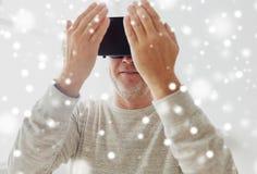 Ancião em auriculares da realidade virtual ou em vidros 3d imagens de stock royalty free