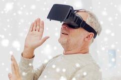 Ancião em auriculares da realidade virtual ou em vidros 3d foto de stock