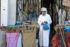 Ancião em uma loja em Sinaw imagem de stock royalty free