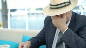 Ancião executivo considerável que senta-se na mesa e que escreve os diagramas 4K filme