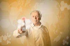 Ancião no branco que empurra o botão Conce inovativo da tecnologia Imagem de Stock Royalty Free