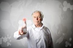 Ancião no branco que empurra o botão Conce inovativo da tecnologia Imagens de Stock Royalty Free
