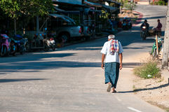 Ancião pobre da corcunda que anda na rua asiática exótica Imagem de Stock