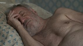 Ancião que dorme em casa filme
