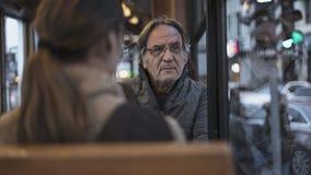 Ancião que senta-se no ônibus fotos de stock royalty free