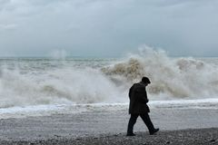 Ancião só que anda ao longo da costa, vista traseira imagem de stock