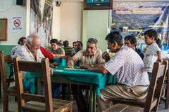 Anciões que jogam dominós Fotografia de Stock