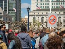 Anci AR-15 podpisują trzymają przy Marzec dla Nasz żyć zbierają w San Francis obrazy stock