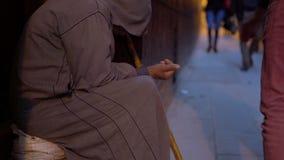 Anci?o pobre com a vara no djellaba que implora pelo dotation com m?o esticada na rua perto da mesquita em Fes vídeos de arquivo