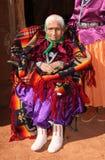 Anciano de Navajo en la ropa tradicional brillante imagen de archivo libre de regalías