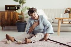 Anciano discapacitada en el piso Fotos de archivo libres de regalías