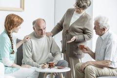 Anciano en la clínica de reposo Imagenes de archivo