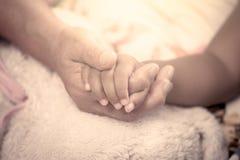 Anciano y niño que mantienen la mano unida Imagenes de archivo