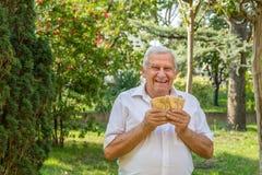 Ancianos que muestran euros fotografía de archivo libre de regalías