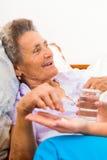 Ancianos que toman píldoras Imágenes de archivo libres de regalías