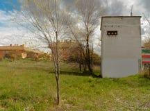 Ancien övergav elektrisk byggnad arkivbild