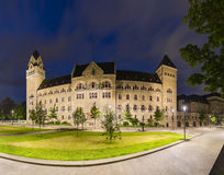 Ancien bâtiment prussien de gouvernement à Coblence, Allemagne la nuit image libre de droits