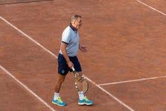 Ancien joueur de football italien Marco Tardelli jouant le tennis images stock