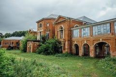 Ancien manoir abandonné et envahi du ` s de Nechaev dans le village de Polibino Images stock