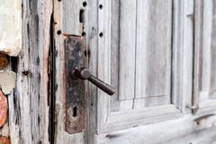 Ancient metal handle in a wooden door. Rukavishnikov manor in the village of Podviazye, Bogorodsky District. stock image