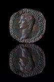 ancientcoinreflectioncaligula Arkivbild