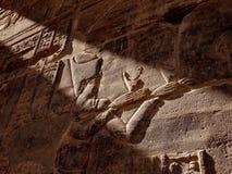 Anciient egyptier Hyeroglyphs som visar gudinnaIsis i den egyptiska templet Philae i Aswan royaltyfria bilder