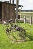 Ancinho de feno velho, oxidado da maquinaria de exploração agrícola Foto de Stock Royalty Free