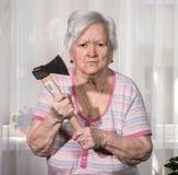 Ancião irritado com um machado Fotografia de Stock