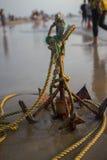 Ancla de mar en la playa Color brillante amarillo asia La India Imagen de archivo