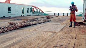 Ancla-direcci?n del equipo del buque de la fuente AHTS del tir?n que prepara el buque metrajes
