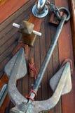 Ancla en cubierta de barco de la teca Foto de archivo
